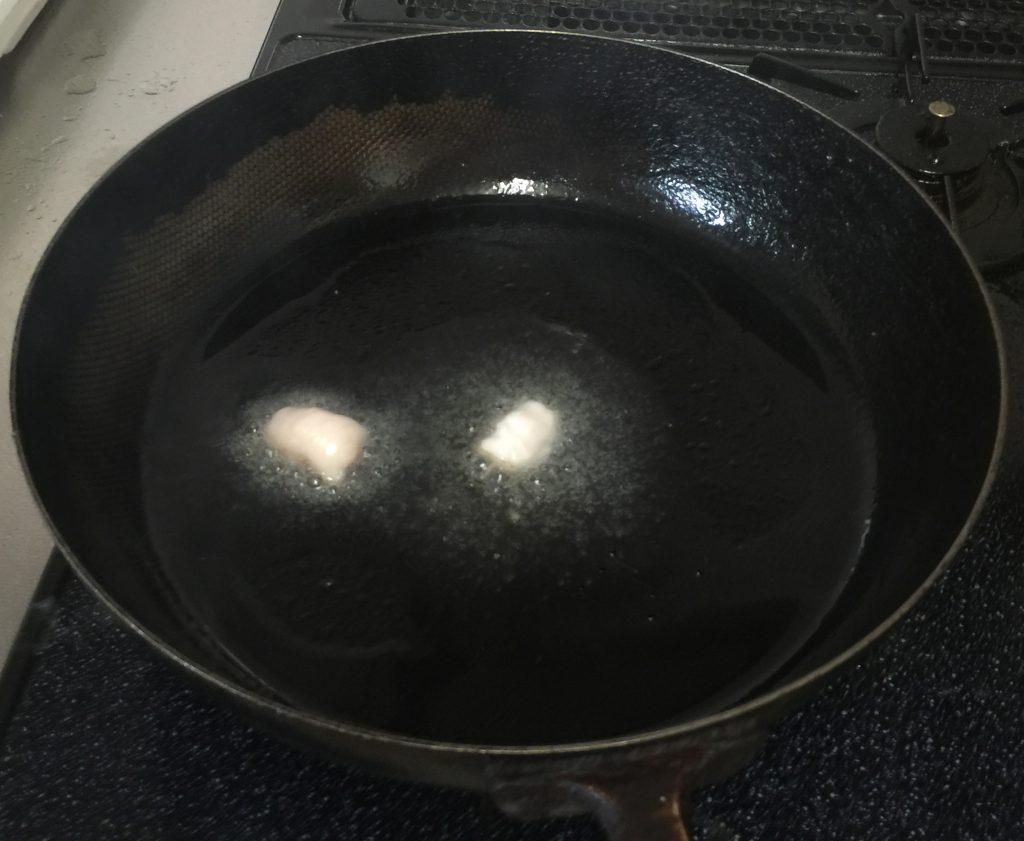 フライパンに油を入れます